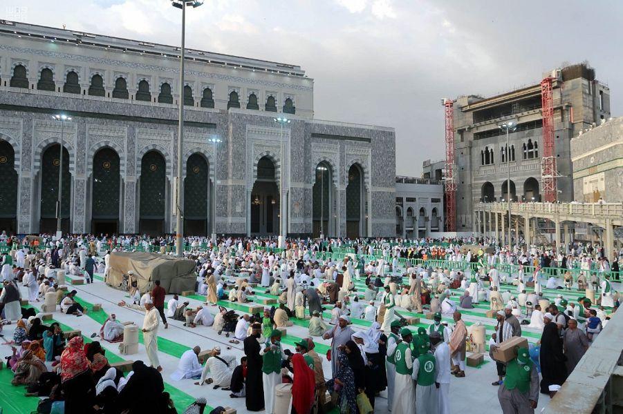 أكبر مائدة رمضانية في العالم لقاصدي المسجد الحرام