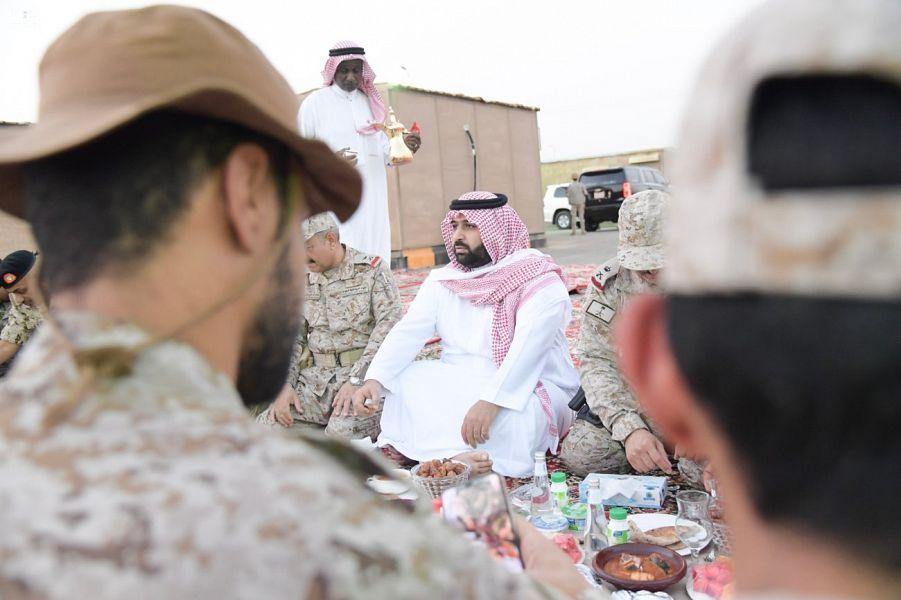 نائب أمير جازان يشارك أفراد القوات المسلحة المرابطين بالحد الجنوبي بالمنطقة وجبة الإفطار