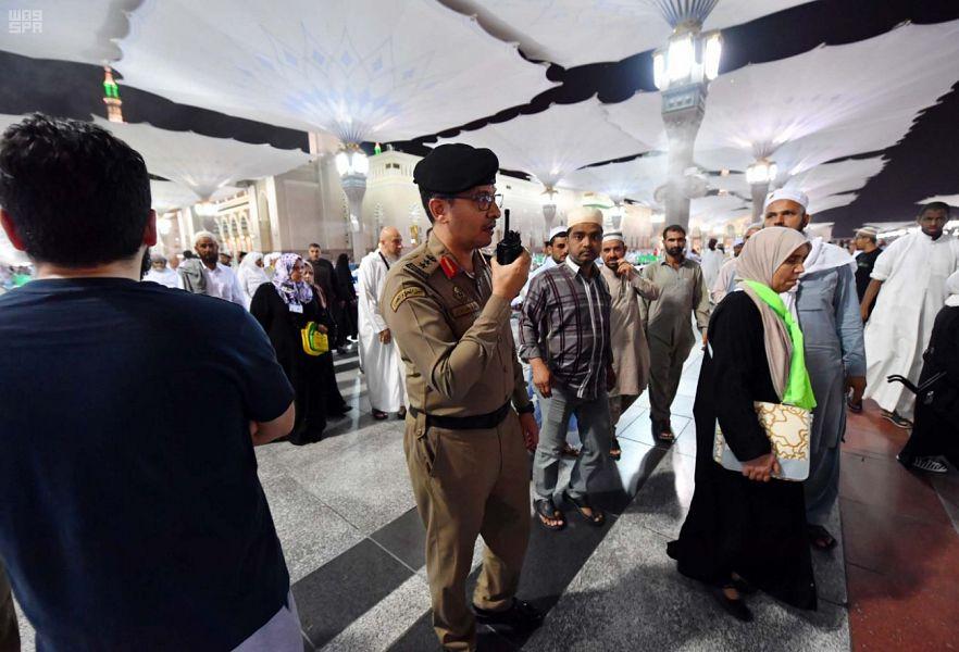 رجال الأمن بالمسجد النبوي صورة مُشرقة للتعامل الإنساني مع المصلين والزوّار