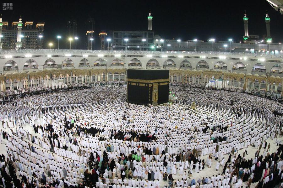 قاصدو المسجد الحرام يتوافدون في أول ليالي العشر الأواخر من رمضان