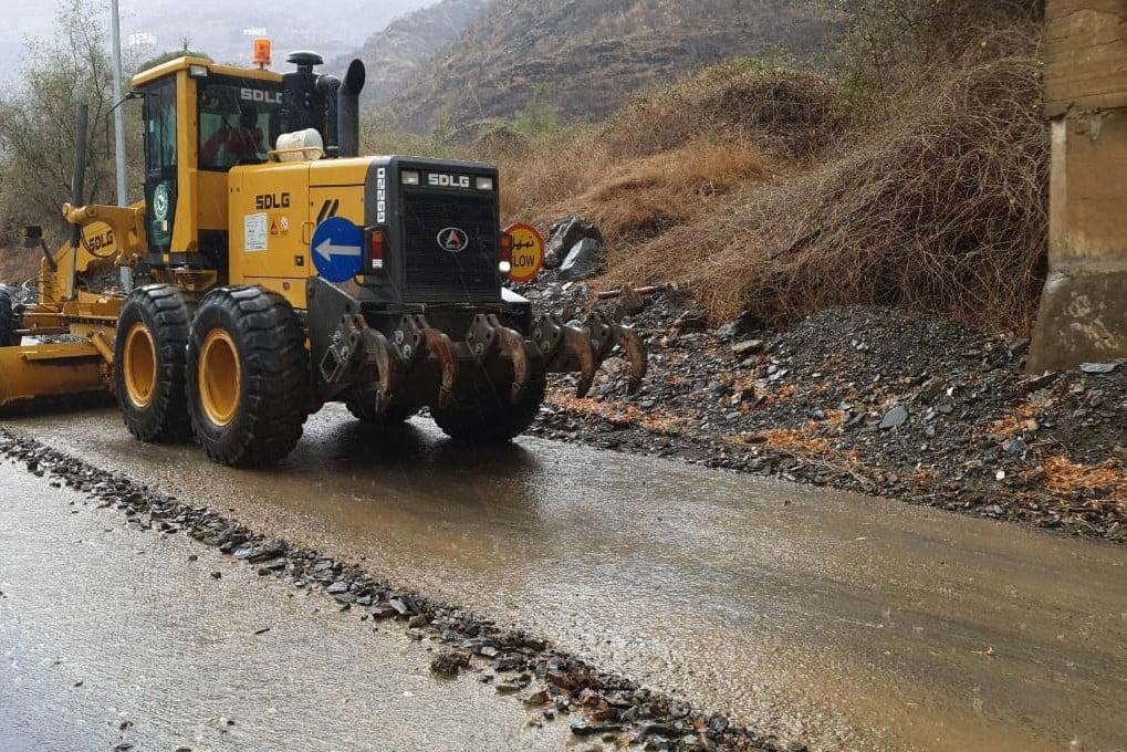 فرع النقل بعسير يباشر إزالة الأضرار من الطرق الرئيسة جراء الأمطار التي شهدتها المنطقة
