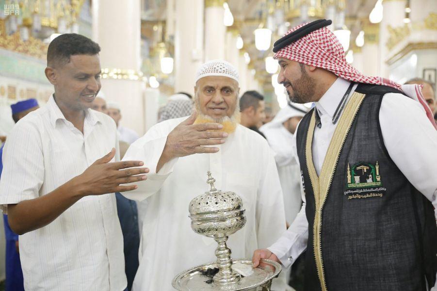 وكالة شؤون المسجد النبوي تكثف أعمالها في تبخير المسجد النبوي وتطييب زواره خلال شهر رمضان