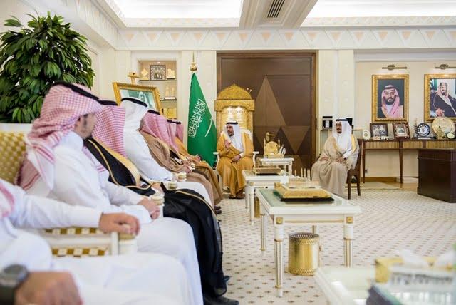 أمير القصيم يكرم رئيس وأعضاء لجنة التحكيم والتقييم لجائزة الشاب العصامي