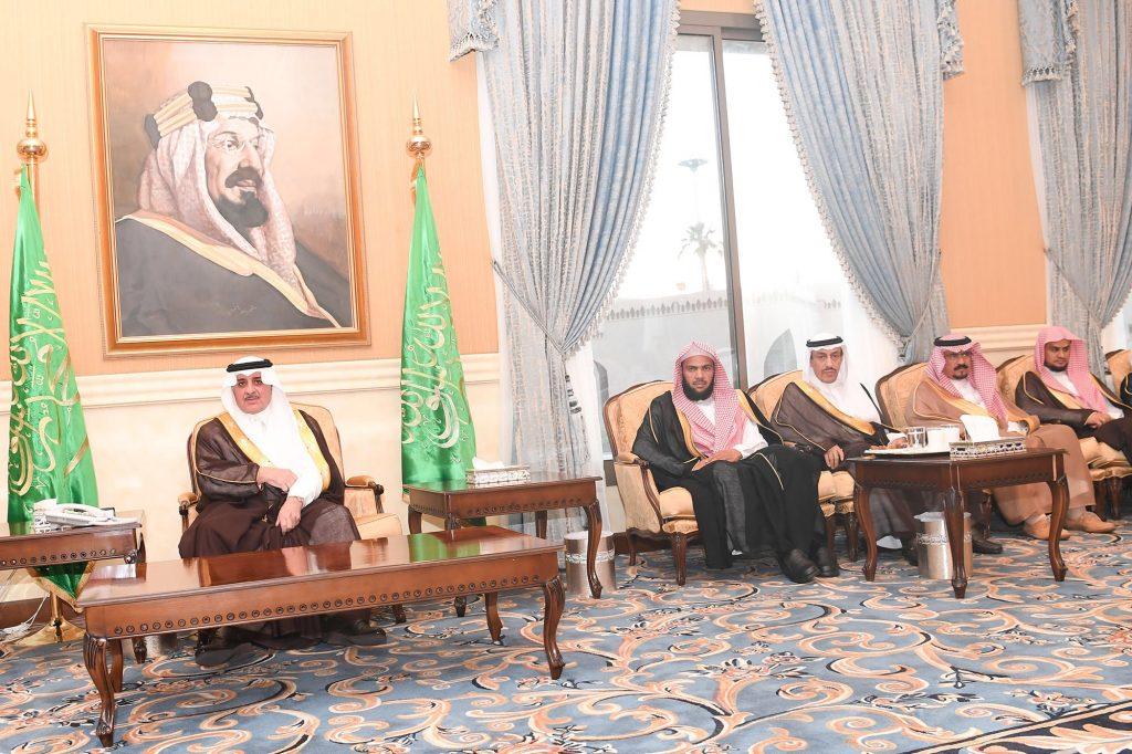 أمير تبوك يلتقي المواطنين في جلسته الأسبوعية