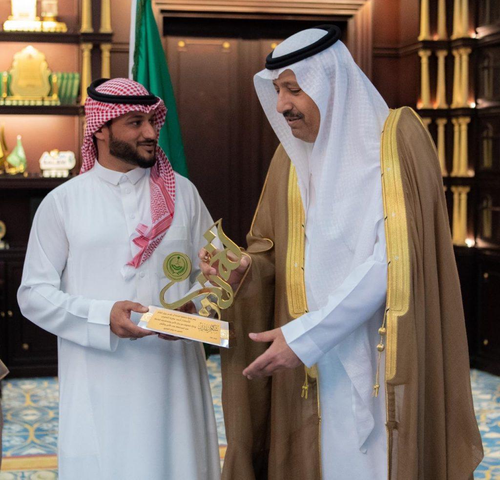 أمير الباحة يكرم المواطن العُمري الذي قام بالقبض على عدد من العمالة المخالفة