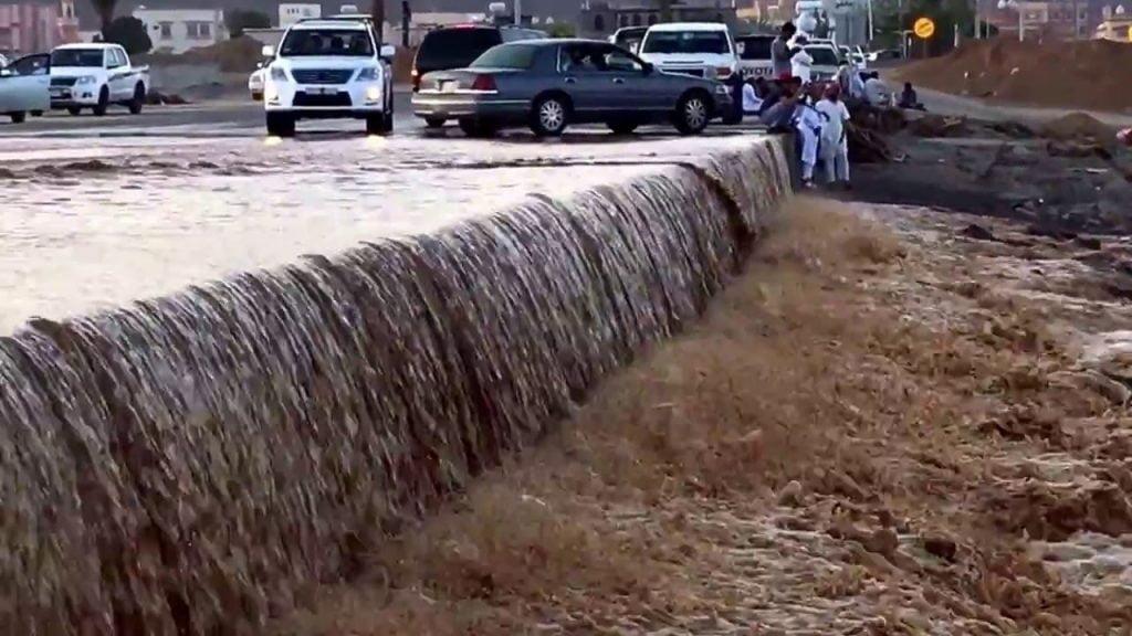 أمطار نجران.. إخلاء عوائل وإخراج محتجزين والدفاع المدني ينشر فرق الإنقاذ