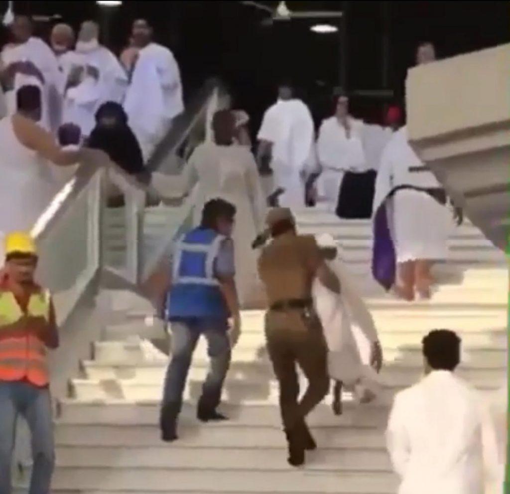 في مشهد انساني .. رجل امن يحمل معتمرا طاعن في السن في الحرم الشريف