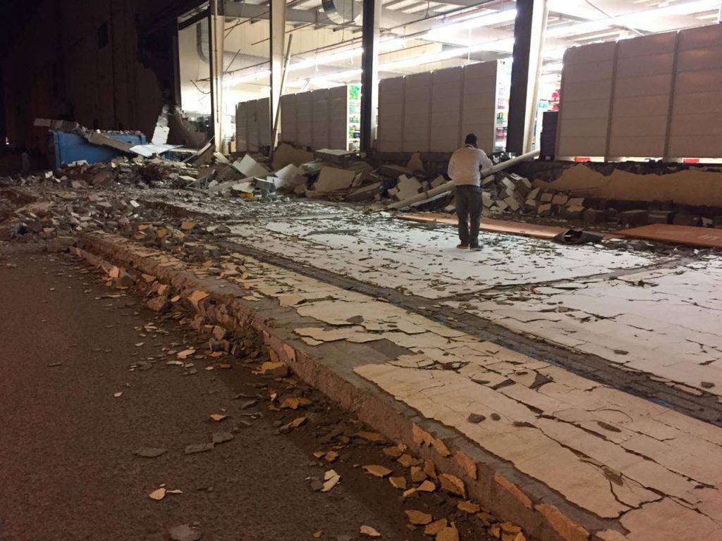 مدني الرس يباشر حادث سقوط جدار بسوق تجاري