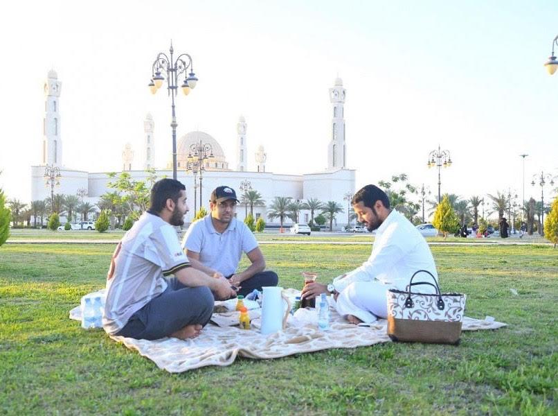 اعتدال الأجواء يدفع بأهالي تبوك لتناول إفطارهم الرمضاني في المتنزهات العامة