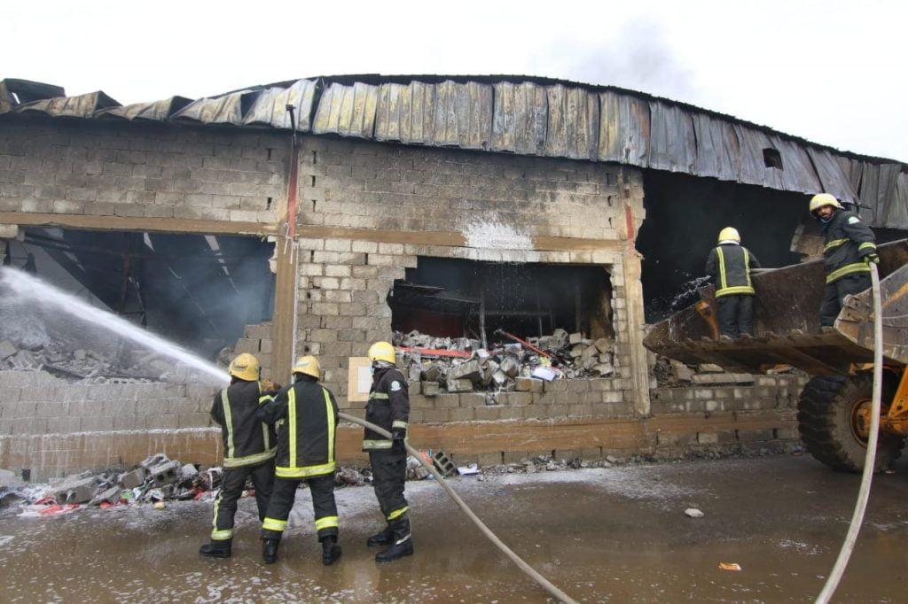 """إصابة 3 من منسوبي """"مدني صبيا"""" أثناء إخماد حريق بمستودع"""