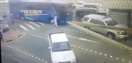 بالفيديو «باص» بلا سائق يصطدم بسيارة في منفذ النويصيب الكويتي