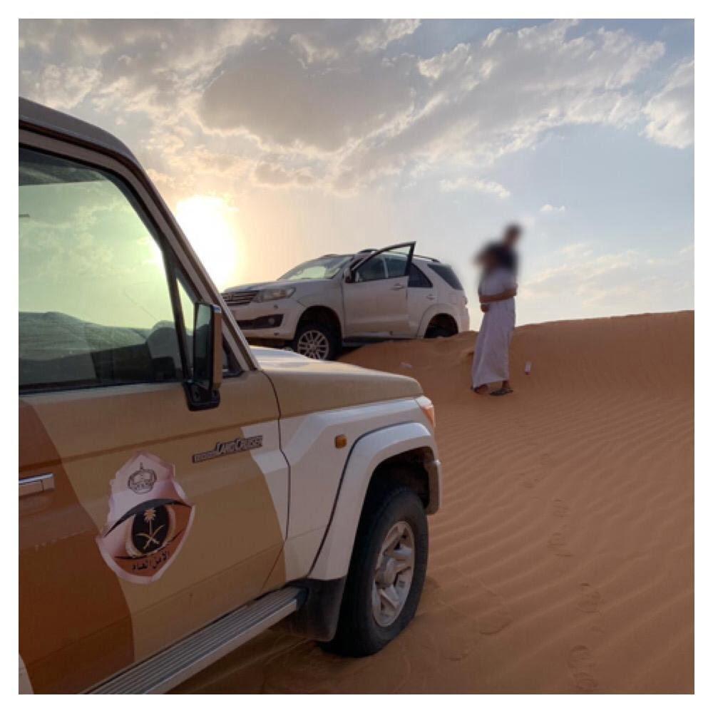 إنقاذ 3 أشخاص تعطلت سيارتهم في صحراء النفود