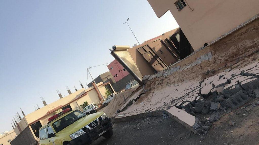 مدني تيماء يباشر سقوط سور أثناء قيام صاحب المنزل بأعمال النظافة