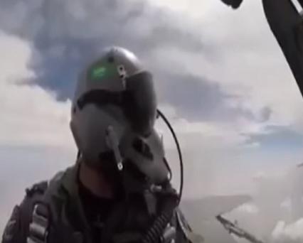 بعد استهداف مطار أبها.. شاهد: كيف تصرف طيار سعودي في اليمن بعدما علم بوجود مدنيين في موقع مهمته
