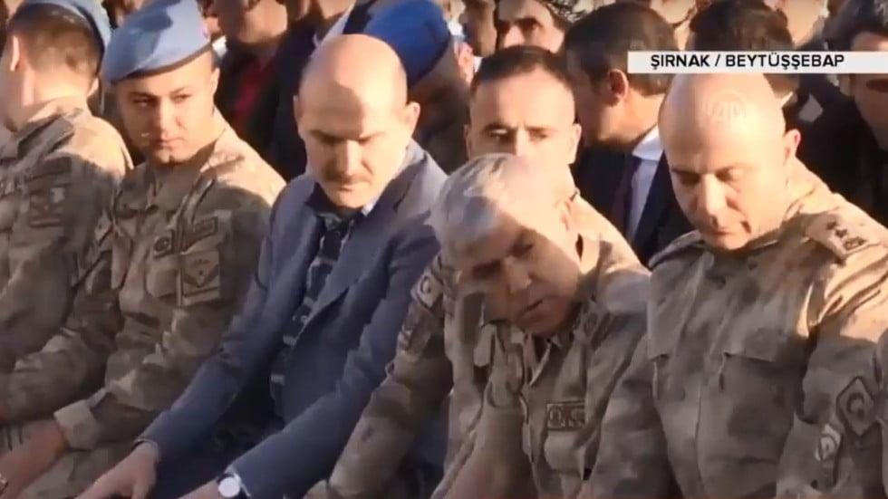 بالفيديو.. جنود أتراك يؤدون صلاة العيد بطريقة خاطئة بصحبة وزير الداخلية