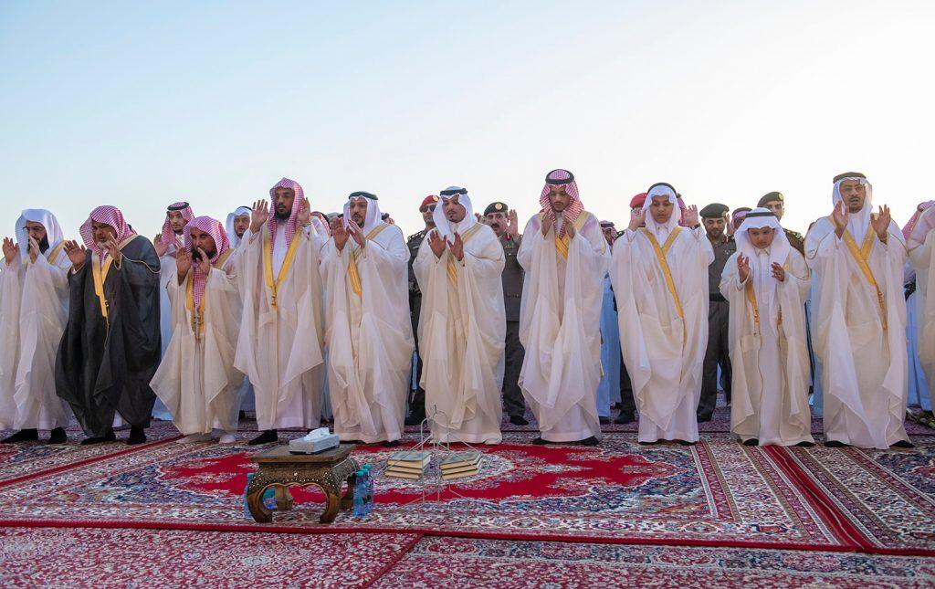 أمير القصيم يؤدي صلاة عيد الفطر المبارك مع جموع المصلين