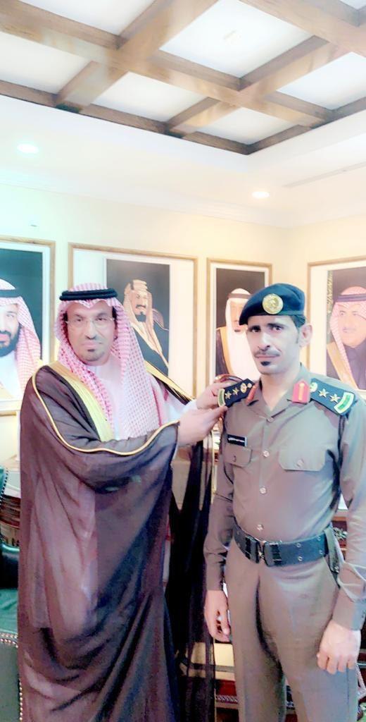 محافظ ضباء يقلد مدير الدفاع المدني بالمحافظة رتبته الجديدة