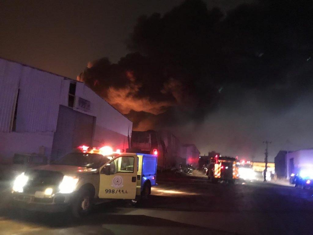 الدفاع المدني يباشر اخماد حريق مستودع اطارات بصناعية جازان