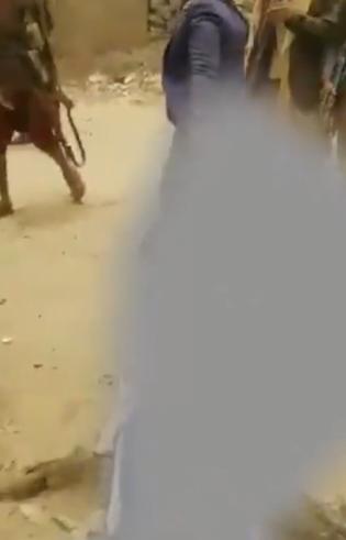 بالفيديو | على طريقة داعش.. الحوثيون يقتلون أحد شيوخ قبائل عمران ويسحلوه