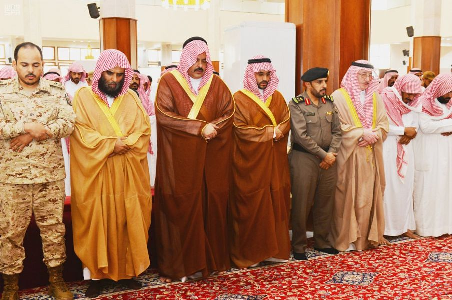 أمير حائل ونائبه يتقدمان المصلين للصلاة على شهيدي الواجب الشمري والعنزي