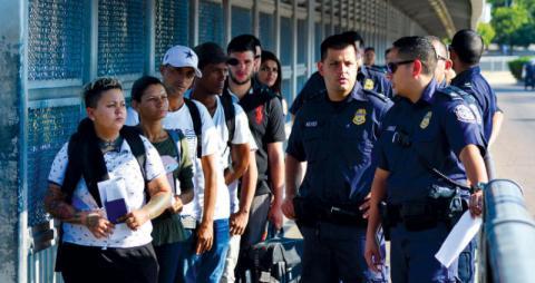 حملة ترحيل مئات المهاجرين غير الشرعيين من أميركا تبدأ الأحد