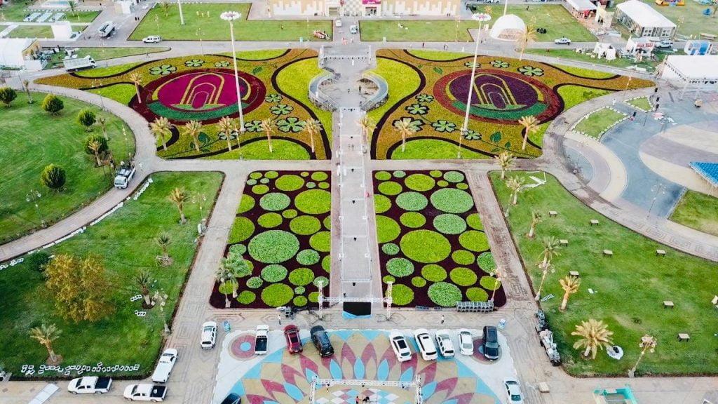 حكاية الشعار الذي شكلته مليون زهرة في مهرجان الورد والفاكهة