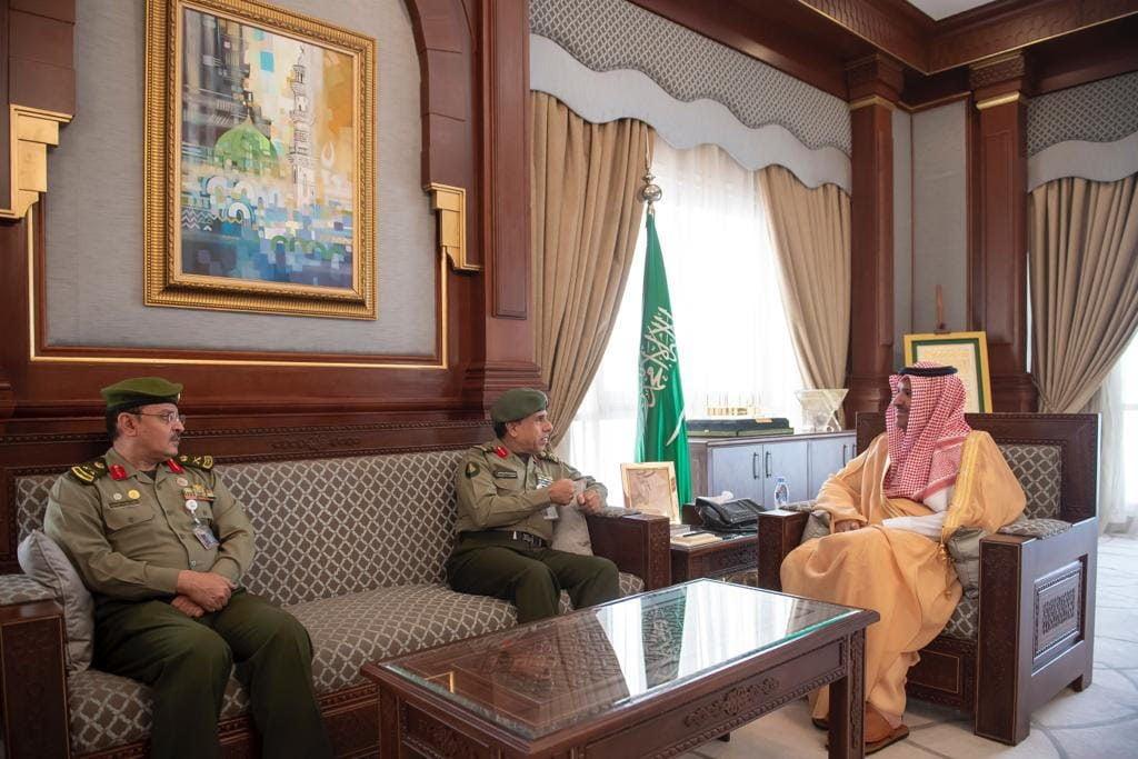 أمير المدينة المنورة يلتقي بمدير عام الجوازات