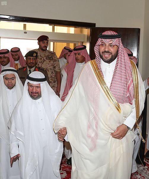 الأمير فيصل بن خالد بن سلطان يعايد نزلاء مركز التأهيل الشامل بمنطقة الحدود الشمالية