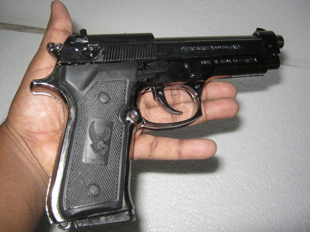 معلم يسيطر على طالب يحمل مسدس بجوار مدرسة متوسطة بالرياض