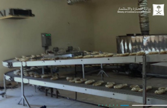 نادي رياضي يتحول إلى «مخبز» في حائل.. و«التجارة» تضبط 13 عاملاً مخالفاً (صور)