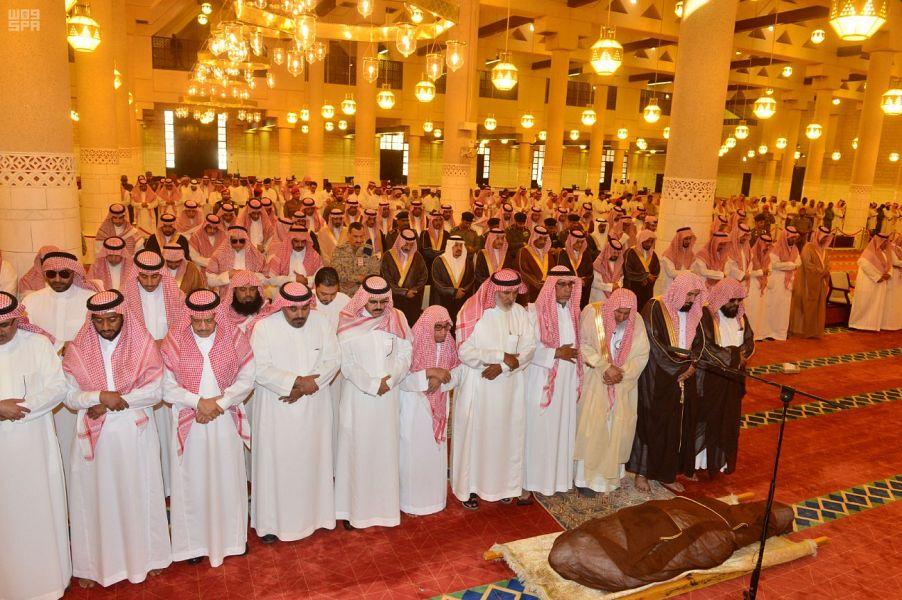 أمير منطقة الرياض يؤدي صلاة الميت على الأمير فيصل بن فهد بن مشاري بن جلوي آل سعود