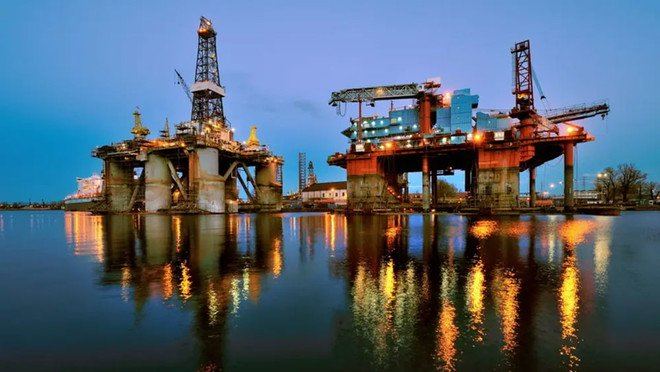 النفط يرتفع نحو 63 دولار بدعم توقعات تمديد خفض الإنتاج