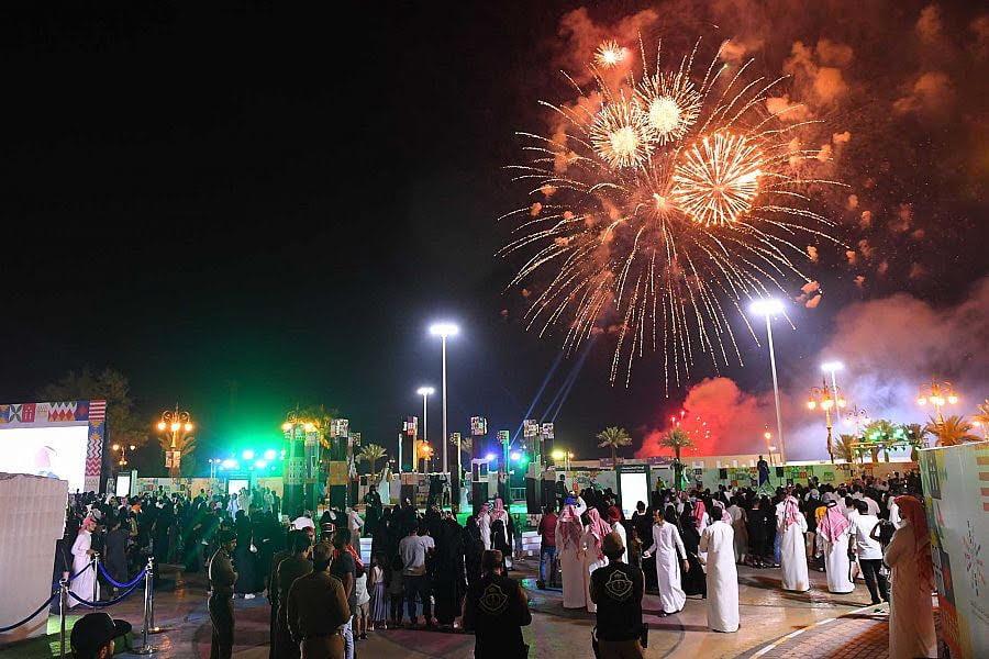 أكثر من 700 شعلة من الألعاب النارية تنير سماء تبوك احتفاءً بيوم الوطن الـ 89