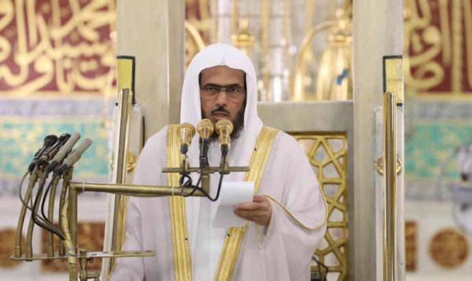 إمام المسجد النبوي يندد بحادثة بقيق ويشدد على قوة الانتماء الوطني