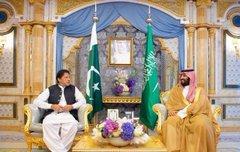 سمو ولي العهد يجتمع مع رئيس الوزراء الباكستاني