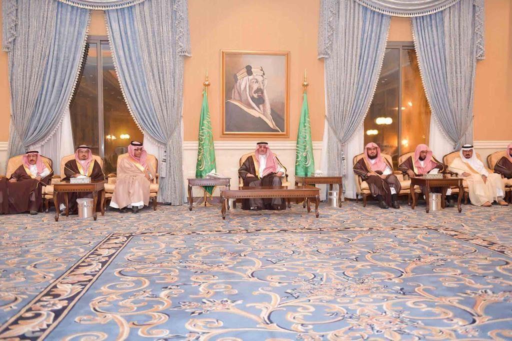 أمير تبوك يلتقى أهالي المنطقة في جلسة سموه الاسبوعية