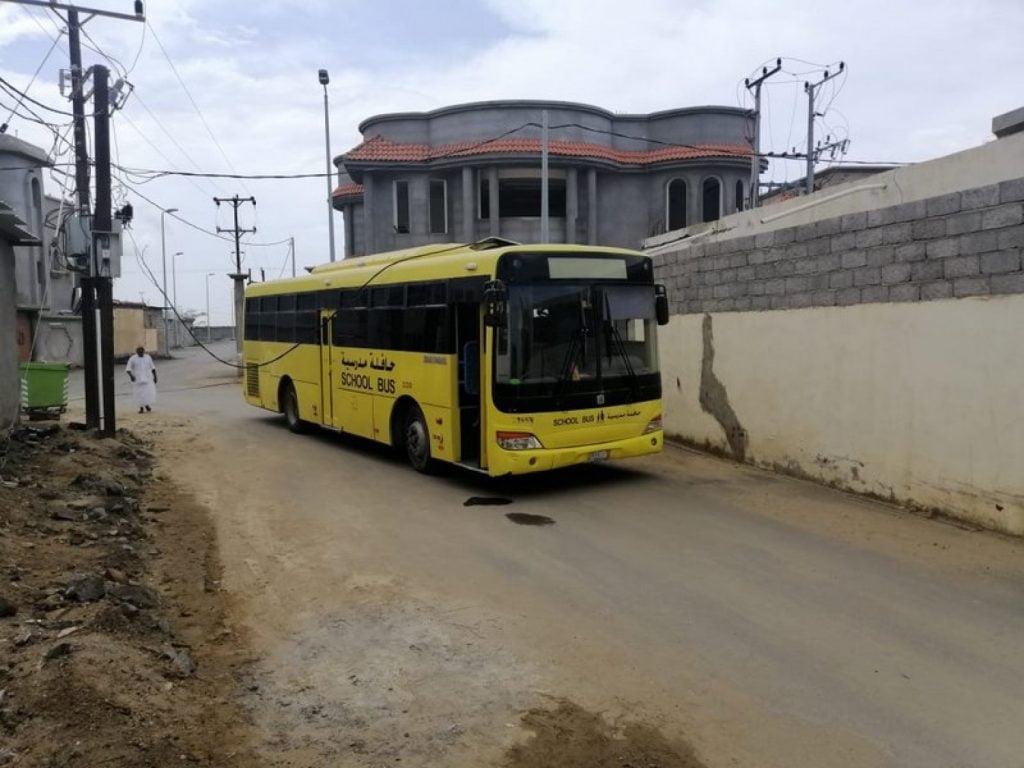 حافلة مدرسية تعلق في كيبل كهربائي بجازان.. ونجاة الطالبات