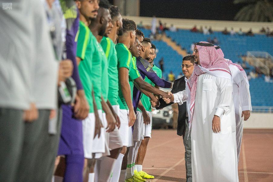الأمير فيصل بن مشعل يحفز لاعبي الأخضر بحضوره مباراة المنتخب الوطني مع السنغافوري