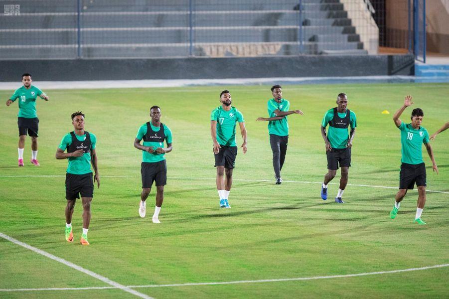 الأخضر يدشن تدريباته استعدادا لسنغافورة في تصفيات كأسي العالم وآسيا