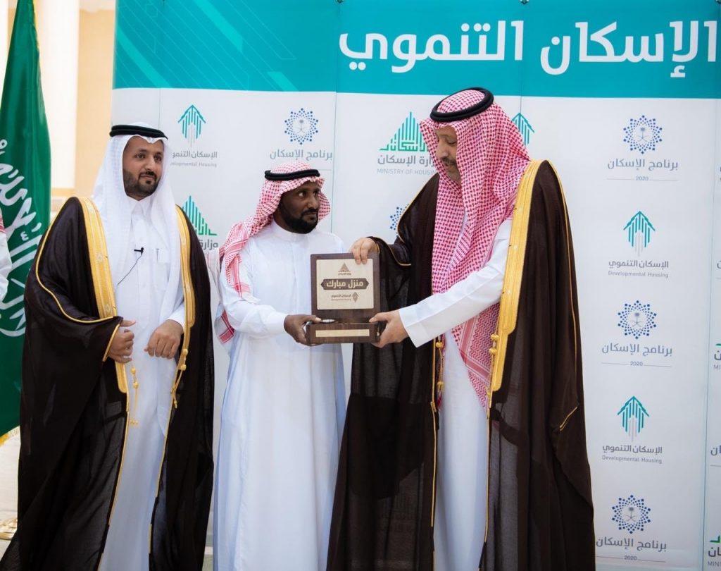 أمير الباحة يسلّم دفعة جديدة من وحدات الإسكان التنموي للأسر المستحقة بالمنطقة.