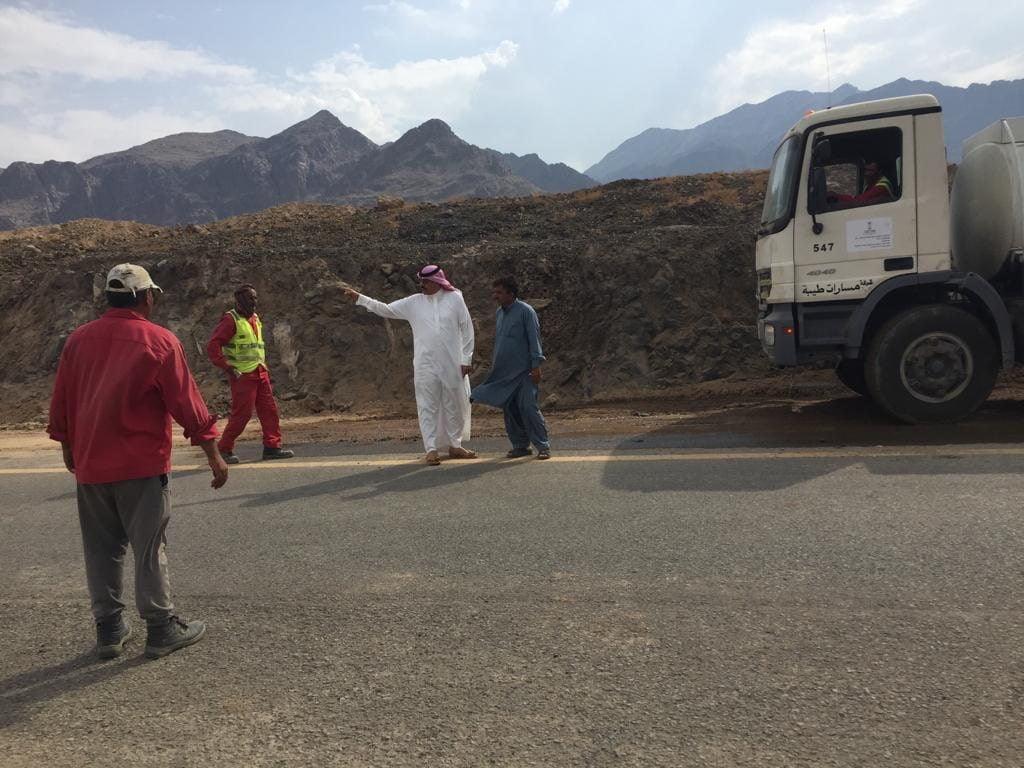 محافظ أملج يتابع ميدانيا إصلاح الطرق بعد الأمطار