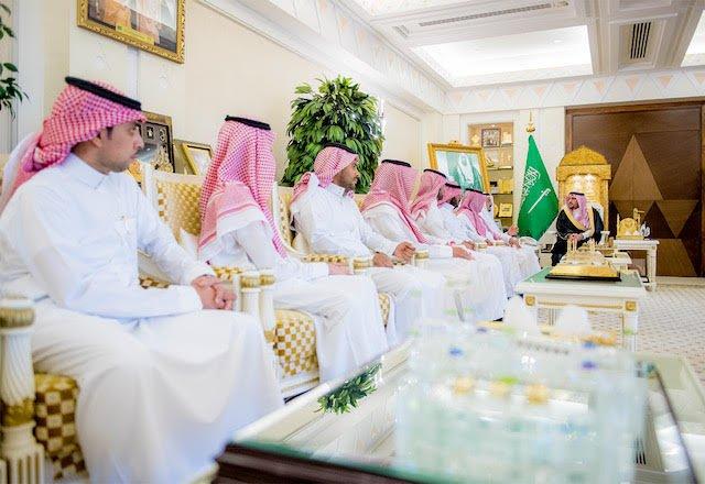 أمير القصيم يكرم شركة السلوم والغيث لدعمها مبادرات مجلس الشباب