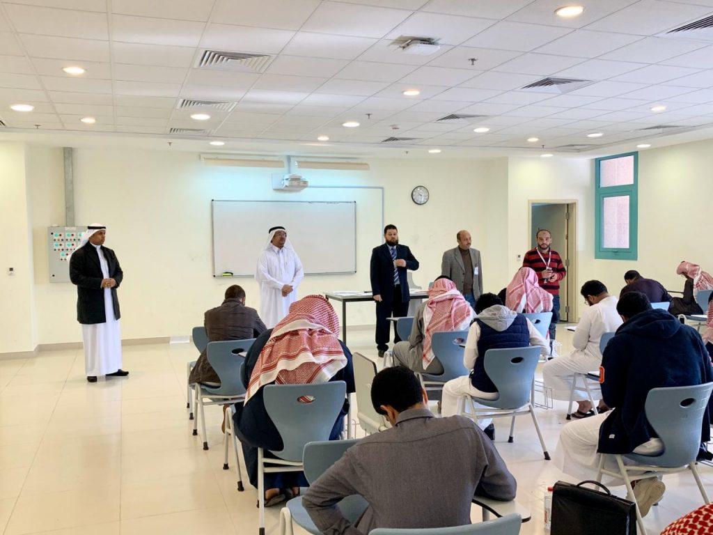 طلاب وطالبات جامعة الجوف يؤدون الاختبارات التحصيلية للفصل الجامعي الأول