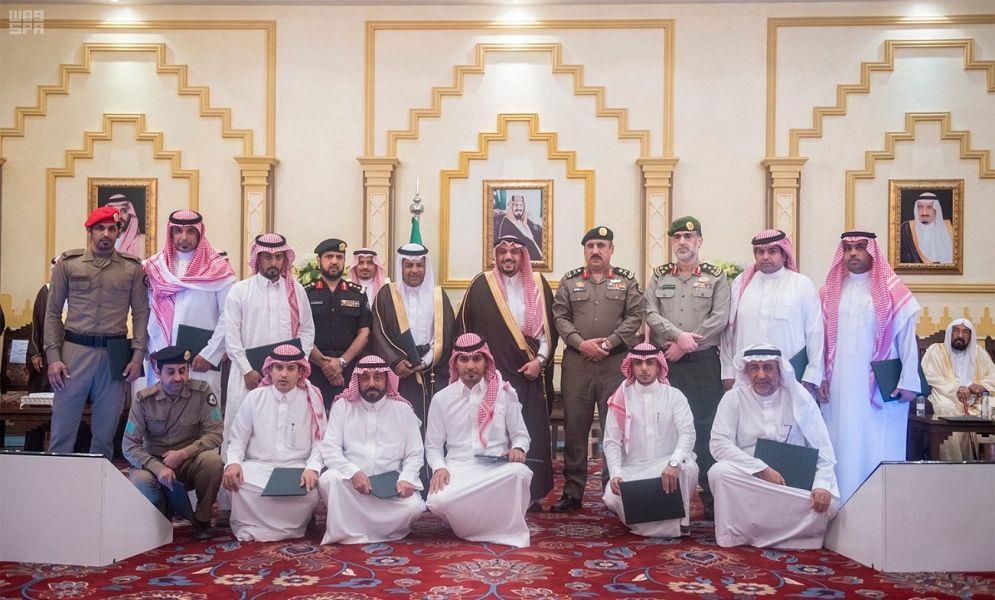 أمير القصيم يكرّم أعضاء لجنة السعودة
