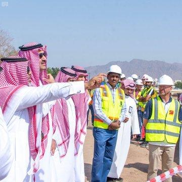 أمير المدينة المنورة يتفقد سير العمل في مشروع التأهيل البيئي لوادي العقيق وتطوير المناطق المحيطة به
