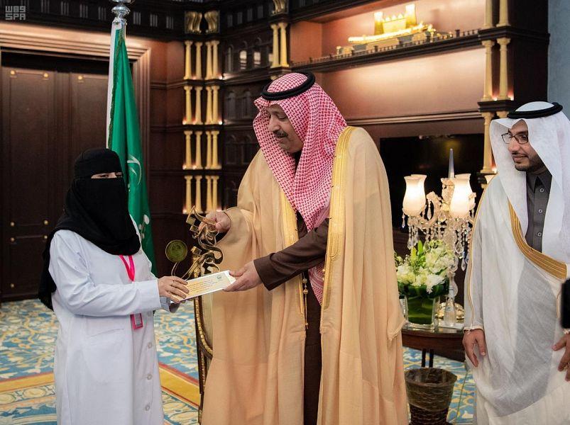 أمير منطقة الباحة يكرم الأخصائية ريم الغامدي والأخصائية امجاد الزهراني
