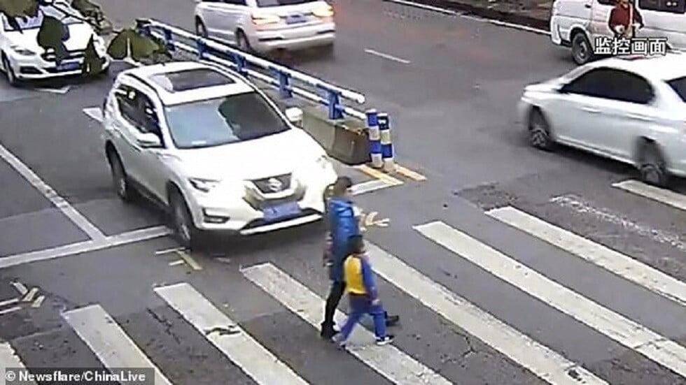 تصرف غير متوقع من طفل صدمت سيارة أمه! (فيديو)