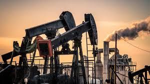 أسعار النفط تتراجع عن أعلى مستوياتها
