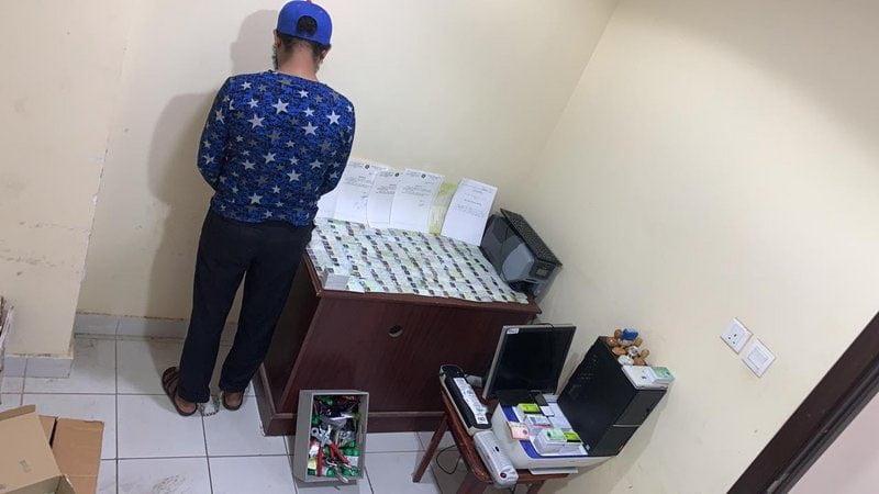 شرطة مكة تقبض على مقيم تورط بجرائم تزوير هوية مقيم وبيعها