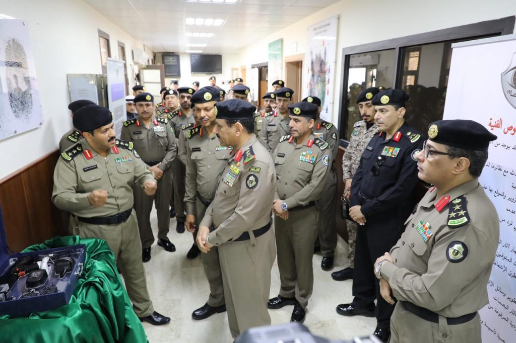 مدير الأمن العام  يسلم جائزة معاليه للتميز والإبداع الأمني للفائزين في مجال الدوريات